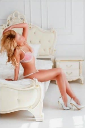 arya offers both incall and outcall massage